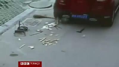 Çin'de üzerinden araba geçen çocuk kurtuldu