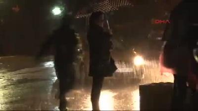 - Validebağ'da Yağmur Altında Nöbet Tuttular