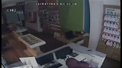 Hırsızlar Soydukları Telefoncunun Güvenlik Kamerasına Yakalandı