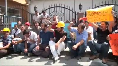 Taşerondan Maaşlarını Alamayınca Belediye Önünde Oturma Eylemi Başlattılar