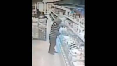 Hırsızın Zor Anları... Peyniri Saklamak İsterken Pantolonu Düştü