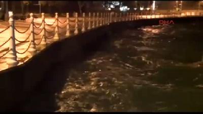 Yağmur Ve Şiddetli Rüzgar Gece Boyunca Etkili Oldu