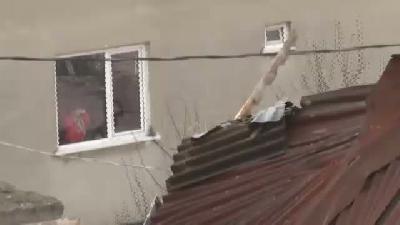 Lodos Maltepe'de Çatıyı Uçurdu... Uçan Çatı 2 Gecekonduya Hasar Verdi