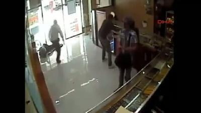 Soyguncuların Güvenlik Görevlisini Soğukkanlılıkla Vurduğu Dehşet Anı Kamerada