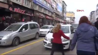 Kadına Şiddete Tepki İçin Trafiğe Çıkıp Araçları Durdurdu
