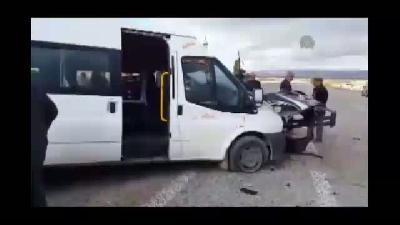Öğrenci servisi askeri araçla çarpıştı: 14 yaralı - VAN