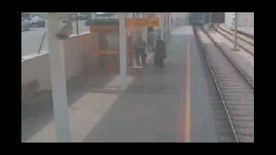 Raylara düşen kişinin yaşadığı ölüm tehlikesi güvenlik kamerasında - BURSA