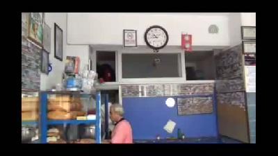 Dükkanına gelen müşterilerinin fotoğraflarını biriktiriyor