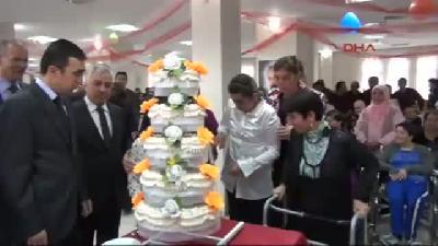Engelliler, Günlerini Pasta Keserek Kutladı