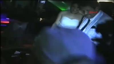 Eşine 2(fotoğraflı) Yıl Sonra Beyaz Gelinlik Giydirerek Düğün Yaptı