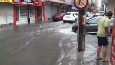 İskenderun'da Şiddetli Yağmur Caddeleri Göle Döndürdü