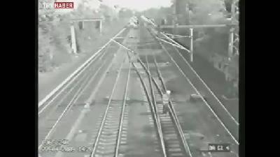 İki trenin arasından işte böyle kurtuldu