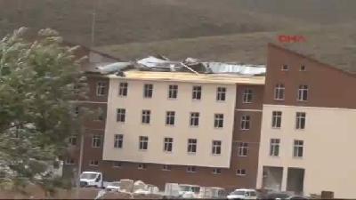 Karlıova'da Fırtına Çatıları Uçurdu