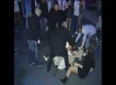 Sarhoş kızın kucak dansı yerde bitti